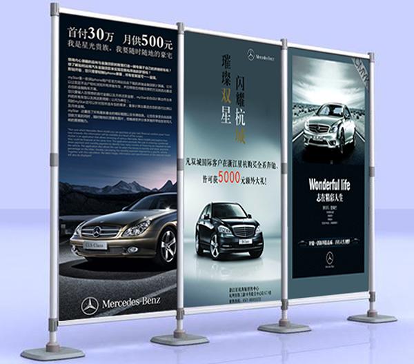 """奔驰汽车快展展架案例 奔驰汽车最近在全国4S店要举行一次广告促销活动,需要一批展示架,要全国发放,搭建迅速.""""鹰牌展架""""的设计人员根据客户的要求设计了一套快展展架方案。满足了奔驰汽车的要求,这套广告促销活动解决方案包含:4支含底座的伸缩柱子,铝合金画轴式横杆,全新塑料配件,高清热转印画面制作。此方案整体大气,展示效果好。便于携带,容易安装。是理想的展览展示、会议活动、产品促销展架!"""